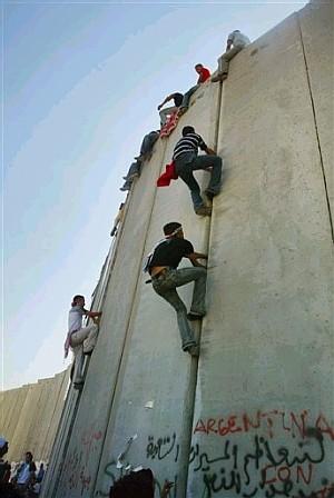"""<em>Israels bidrag till palestinsk jamklättring – världens längsta klättervägg. Kräm i underarmarna kan alltså vara av politisk betydelse</em>"""" title=""""palestinajam"""" width=""""300″ height=""""448″ class=""""size-full wp-image-1766″ /><p class="""